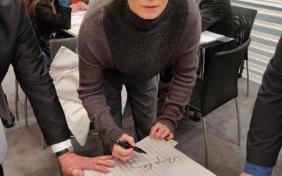 Anja Kling signiert auf dem Messestand Biberna Produkte